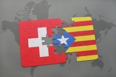 desconcierte con la bandera nacional de Suiza y de Cataluña en un fondo del mapa del mundo Imagen de archivo
