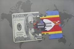 desconcierte con la bandera nacional de Swazilandia y del billete de banco del dólar en un fondo del mapa del mundo Imágenes de archivo libres de regalías