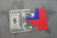 desconcierte con la bandera nacional de Taiwán y del billete de banco del dólar en un fondo del mapa del mundo Fotografía de archivo