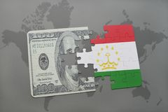 desconcierte con la bandera nacional de Tayikistán y del billete de banco del dólar en un fondo del mapa del mundo Fotografía de archivo libre de regalías