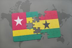 desconcierte con la bandera nacional de Togo y de Ghana en un mapa del mundo Fotografía de archivo libre de regalías
