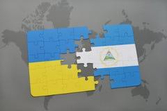desconcierte con la bandera nacional de Ucrania y de Nicaragua en un mapa del mundo Fotos de archivo