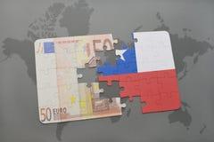 desconcierte con la bandera nacional del billete de banco del chile y del euro en un fondo del mapa del mundo Fotografía de archivo