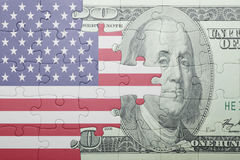Desconcierte con la bandera nacional del billete de banco de los Estados Unidos de América y del dólar Imagenes de archivo