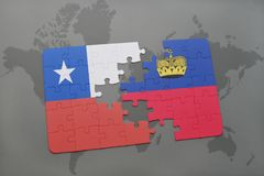 desconcierte con la bandera nacional del chile y de Liechtenstein en un fondo del mapa del mundo imagenes de archivo