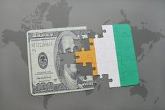 desconcierte con la bandera nacional del divoire del corral y del billete de banco del dólar en un fondo del mapa del mundo Imagenes de archivo