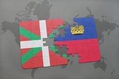 desconcierte con la bandera nacional del país y de Liechtenstein basque en un fondo del mapa del mundo fotografía de archivo