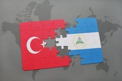 desconcierte con la bandera nacional del pavo y de Nicaragua en un mapa del mundo Imagenes de archivo
