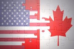 Desconcierte con las banderas nacionales de los Estados Unidos de América y de Canadá Fotos de archivo