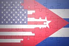 Desconcierte con las banderas nacionales de los Estados Unidos de América y de Cuba Foto de archivo