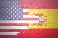 Desconcierte con las banderas nacionales de los Estados Unidos de América y de España Imagen de archivo