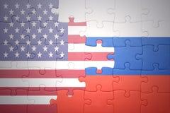 Desconcierte con las banderas nacionales de los Estados Unidos de América y de Rusia Imágenes de archivo libres de regalías