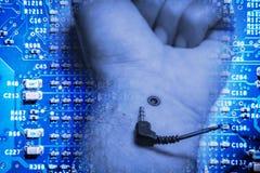 Desconexión, mano humana desenchufada de un enchufe foto de archivo libre de regalías