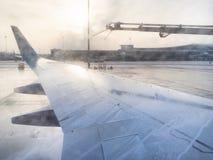 Descongelación del ala de aviones por las sustancias químicas en aeropuerto foto de archivo libre de regalías