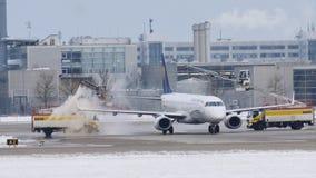 Descongele los aviones en el aeropuerto de Munich almacen de video