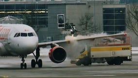 Descongele un avión de EasyJet en el aeropuerto MUC de Munich metrajes
