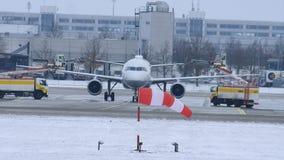 Descongele un avión en el aeropuerto MUC de Munich almacen de metraje de vídeo