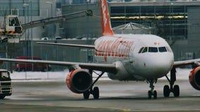 Descongele un avión en el aeropuerto MUC de Munich metrajes