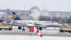 Descongele un avión en el aeropuerto MUC de Munich almacen de video