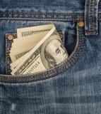 Desconte dentro o bolso dianteiro da calças de ganga Fotografia de Stock