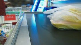 Desconte dentro o supermercado, mantimentos das compras de uma mulher na verificação geral no supermercado 4k, close-up filme
