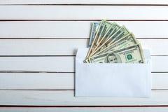 Desconte dentro um envelope na tabela de madeira branca Imagens de Stock Royalty Free