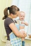 Descontentado con su bebé Imagenes de archivo