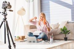 Descontentan al blogger femenino con el producto cosmético Imagenes de archivo