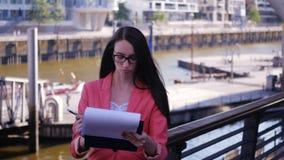 Descontentan a un líder de sexo femenino con un plan empresarial almacen de metraje de vídeo