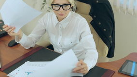 Descontentan a una mujer de negocios joven atractiva metrajes