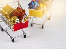 Desconto do Natal, carrinho de compras pequeno completamente dos presentes do Natal, trole de compra com caixas de presente imagens de stock royalty free