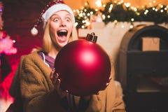 Descontos da venda dos feriados do Natal Cara das expressões Emoções da bomba Preparação do Natal Santa engraçada deseja alegre fotografia de stock