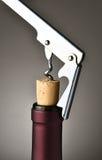 Descorchar la botella de vino Fotografía de archivo
