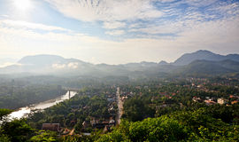 Descripción a al sureste de la ciudad de Luang Prabang en la salida del sol Fotografía de archivo