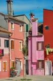 Descripción de casas colgantes coloridas el día soleado en Burano Fotos de archivo