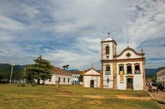 Descripción de la calle del guijarro con la iglesia vieja y del carro en Paraty Fotos de archivo libres de regalías
