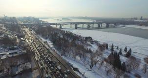 Descripción de la ciudad de Novosibirsk en un día escarchado almacen de video
