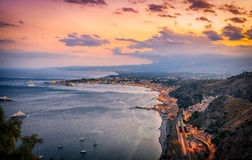 Descripción de la costa costa de Taormina en la oscuridad Fotografía de archivo
