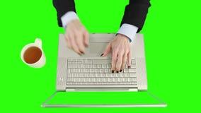 Descripción de la empresaria que usa el ordenador portátil y sosteniendo una taza de café almacen de video