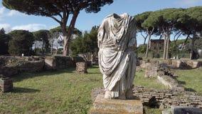 Descripción de la necrópolis romana Ostia Antica en Roma con una ruina hermosa de un busto romano almacen de video