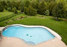Descripción de la piscina de lujo imagenes de archivo