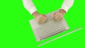 Descripción de un hombre de negocios usando un ordenador portátil almacen de video
