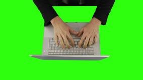 Descripción de un hombre de negocios usando un ordenador portátil y hablar almacen de metraje de vídeo