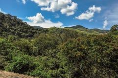 Descripción del bosque y de colinas en un día soleado caliente cerca de la ciudad de los polis del ³ de Joanà fotografía de archivo