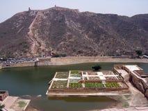 Descripción del jardín real situada en el lago Maota de Amber Fort, Jaipur, Rajasthán, la India Imagen de archivo