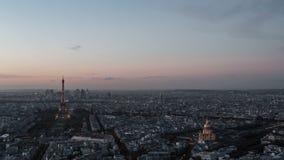 descripción del timelapse de la Día-a-noche de la ciudad de París vista desde arriba París, Francia almacen de video