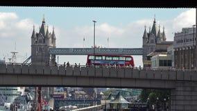 Descripción del tráfico diario de la ciudad de Londres en los puentes sobre el río Támesis, con el puente icónico de la torre en  almacen de metraje de vídeo