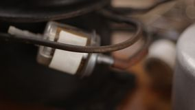 Descripción detallada de la fusión del metal del joyero y del sistema que suelda con la lámpara de soldar metrajes