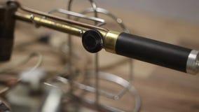 Descripción detallada de la fusión del metal del joyero y del sistema que suelda con la lámpara de soldar almacen de video