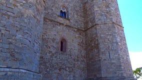 Descripción detallada de una de las ocho torres octagonales que componen 'Castel del monte ' almacen de metraje de vídeo